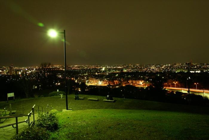 芝生に腰かけ夜景を眺めるのもいいですね。