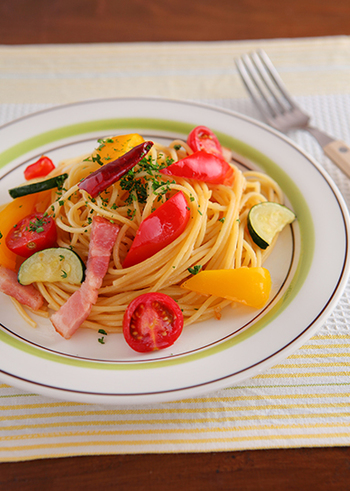 ズッキーニやパプリカ、そしてトマトと色鮮やかな夏の野菜を堪能できるレシピ。ヘルシーな上にビタミンカラーが元気を呼ぶペペロンチーノです。お野菜は大きめに乱切りすると豪華な感じに♪