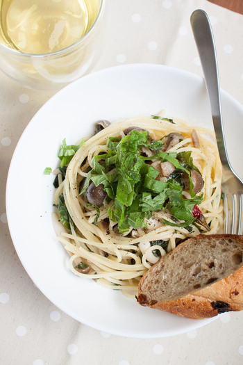 あわせるのは大葉としめじと和風なのだけど、味は洋風。オリーブオイルたっぷりですが、大葉を和えることでさっぱりと食べられます。ベーコンがコクをだしてくれますよ。大葉の風味を損なわないように手早く炒めてくださいね。