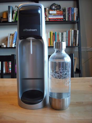 自宅で簡単に美味しい炭酸水を作ることができる「炭酸水メーカー」は、炭酸水好きには欠かせない大人気アイテムです。さまざまな種類の機械がありますが、コンパクトで場所を取らないものが多く、値段がお手頃なのも魅力的。