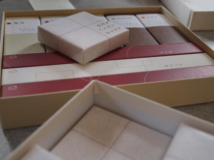 積み木のように整然と並べられた、素朴だけれどすっきりとした詰め合わせ。金沢に行く用事があったら、茶菓工房たろうのお菓子をリクエストしたいですね♪