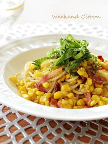トウモロコシたーっぷりのペペロンチーノ。初夏から秋口にかけて旬を迎えるトウモロコシは、この時期とっても甘いんです。ベーコンの塩気と唐辛子の辛みを効かせて召し上がれ。