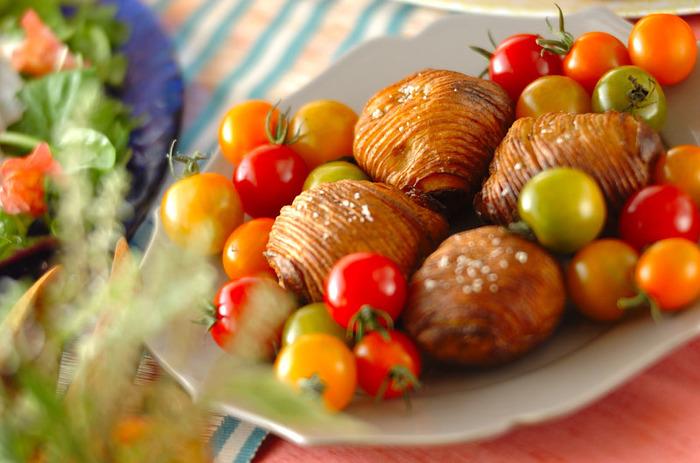 ジャガイモに細かく切り込みを入れてオーブンでこんがりと焼くシンプルレシピ。 切り込み部分はパリパリカリカリ、根元部分はホクホク……といった、1つのジャガイモで2つの食感を楽しめるスウェーデン料理です。  野菜と一緒にサーブすると彩りも加えられるため、ホームパーティーにもぴったりな一品ですね。