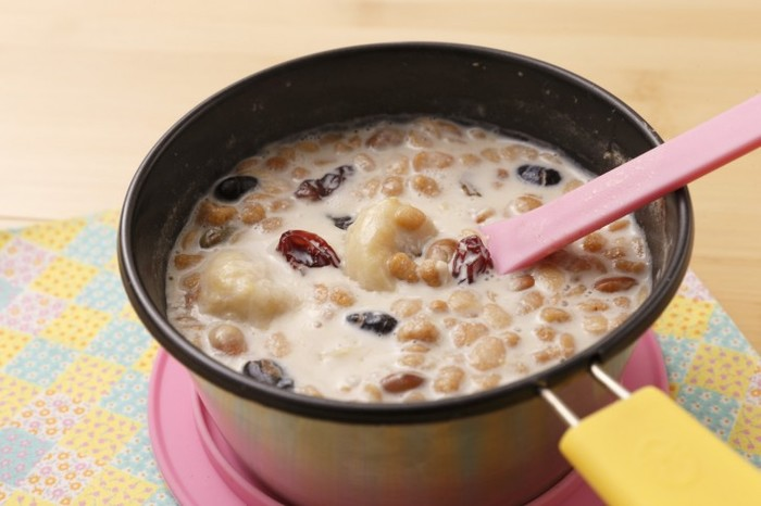テント泊の朝食などにおすすめのホットメニュー。牛乳を温め、お好みのグラノーラとぶつぎりのバナナを入れて軽く煮込みます。体を温めれば、一日元気に動けそう!