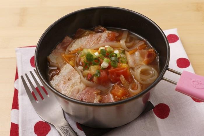 火にかけることができ、鍋にも食器にもなる「シェラカップ」は山ごはんに欠かせないアイテム。ベーコン、めんつゆ、プチトマトのスープで、米麺のフォーを煮込みます。具材の旨味とトマトの酸味で食欲増進。スープまで飲み干せば身体が温まります。