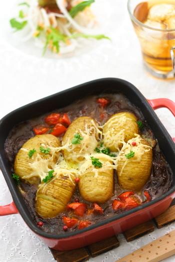 カレーとポテトが合わないはずがないですよね♪  スキレットなどの耐熱容器にハッセルバックポテトを並べ、カレーを入れてオーブンで焼くだけで完成します。 お好みでチーズの量を加減すると良さそうですね。