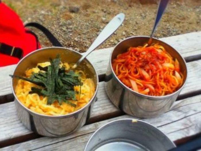 お湯をたっぷり使って茹で上げるパスタは、山には不向き。でも、焼きそばなどの「中華麺」を使えば、予め加熱済みなので少ない水量で短時間蒸し焼きにするだけでプリプリの生麺が楽しめます。たらこスパとナポリタン、2つの味を満喫♪
