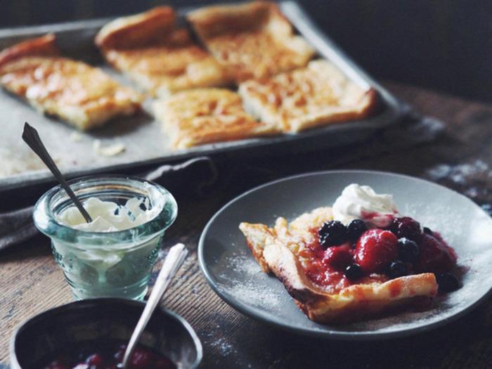 北欧で広く食されているものの1つで「パンケーキ」も挙げられますね。 日本のような厚焼きのホットケーキタイプのものではなく、あちらでは薄焼きのクレープのようなものがメジャー。  フィンランドのパンケーキは、四角い形が特徴なのだそう。 たっぷりのベリーやジャム、クリームと合わせていただきましょう♪