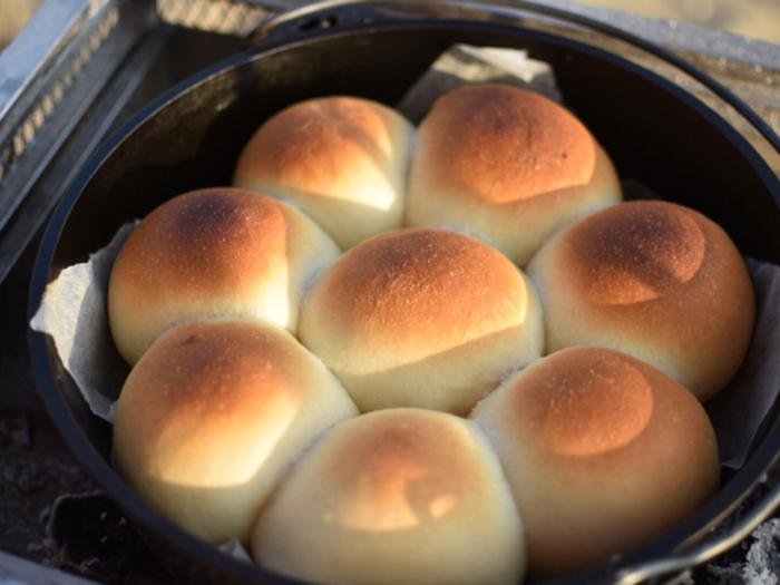 じっくり火を通せるダッチオーブンはパン焼きに最適。「これを焼かないとキャンプに来た気がしない」というほどの定番メニューだそうです!上下から炭で加熱するほか、サイドもバーナーで加熱。中にはこっそりチョコを入れたりして楽しめます♪