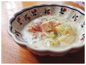 心も体もポカポカになりそうな、サーモンのクリームスープ。  カレーを作るような要領で作れるため、時間も手間もさほどかからない時短料理です。  こちらも、ライ麦パンと一緒に食べるとおいしさが増しそうですね。