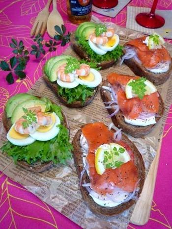 デンマークのオープンサンドです。  スモークサーモンやアボカド、ゆで卵などをスライスしてのせるだけで完成するので、朝食にはもちろん、大人数のパーティーでサーブするのにもぴったりですね。  メジャーなのはサーモンやエビ、ゆで卵がのっているレシピですが、現地ではニシンや厚切りベーコン、ローストビーフがのったものもよくレストランで見かけました。  オリジナルレシピを開発してみるのも楽しいかもしれませんね。