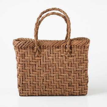 山ぶどうのカゴバッグを最近見かける様になりました。どこかカントリー調も感じるこのバッグ。そのまま使うのはもちろん、ちょっとコサージュを付けてアレンジをしてみても可愛いですよね。 そんなやまぶどうのバッグですが、実はとっても丈夫で長持ち。特に国産のやまぶどうのバッグは10年・20年という単位で愛用する方も居るほど。革製品と同じく、使えば使う程に味わいを増していきます。 是非この機会に手に入れてみませんか?