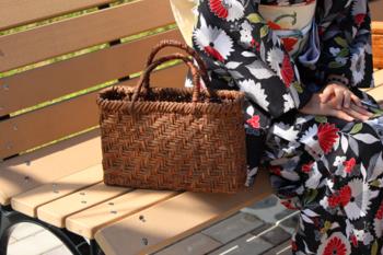 カントリー調から和風まで、幅広い空気に自然に溶け込んでしまうのがカゴバッグの魔法なのかもしれません。どんな服にも、どんなスタイルにも、どんな場所にも持っていけるバッグって本当に凄いですよね。