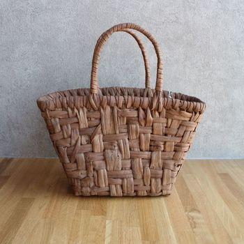 こちらは舟形のカゴバッグ。マチも広く、大きさもあるので何かと持ち運ぶのに便利なバッグです。ファッションを選ばずに使えるのも高ポイントですよね。