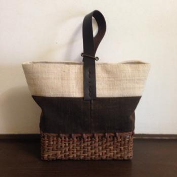 こちらは麻布・泥染めをした綿布と山ぶどうのかごを合わせたバッグ。しっかりとした作りで、抜群の使いやすさ!