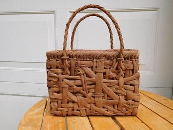 乱れ編みといった編み方で編まれたカゴバッグ。網目は確かに統一されていませんが、それが不思議と荒々しい空気は感じずどこかナチュラルな雰囲気を演出しています。