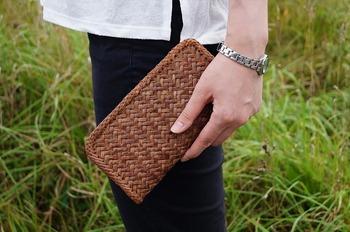 長財布サイズの作品です。こんなに小さなサイズでも作れるのは職人さんの手作りならでは。長く手元に置いておきたくなる一品です。