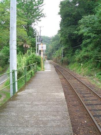 坪尻駅と同じく土讃線沿線にある新改駅は、1947年に創業された無人駅で、標高274メートルの山間部に位置しています。
