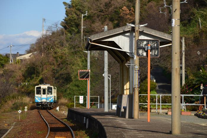 瀬戸内海と宇和海沿いに伸びる予讃線沿線の下灘駅は、1935年に開業された無人駅です。