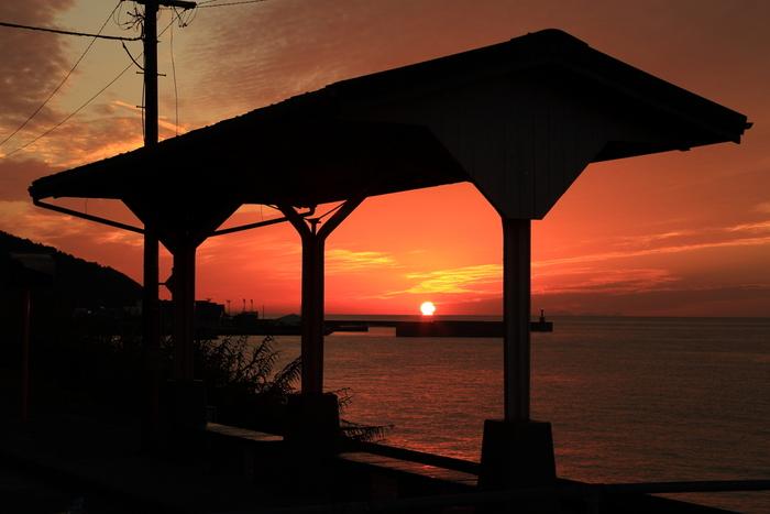 下灘駅は夕陽の名所でもあります。小さな無人駅でノスタルジックな雰囲気を味わいながら、伊予灘へ沈みゆく美しい夕暮れ鑑賞を楽しんでみてはいかがでしょうか。