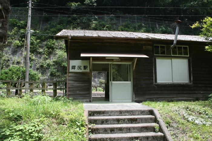 香川県多度津駅と高知県窪川駅を結ぶ土讃線沿線の坪尻駅は、秘境駅訪問家の牛山隆信が全国ランキング6位に指定した秘境駅です。