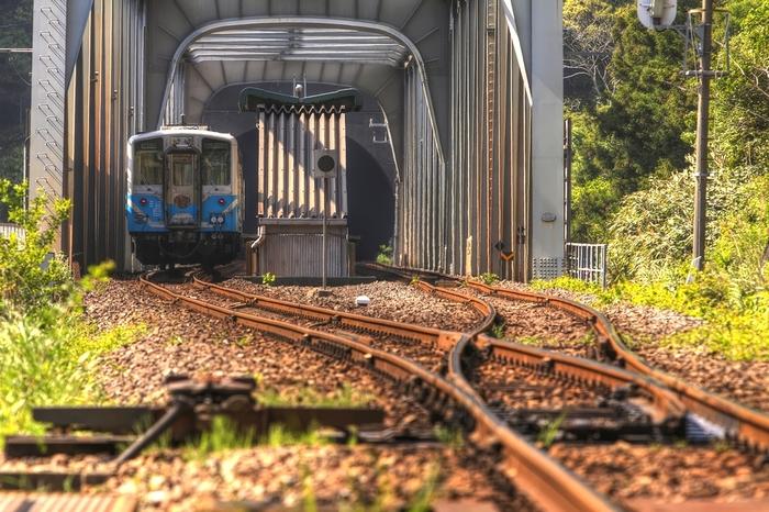 四国地方を悠然と流れる吉野川の支流、穴内川に架けられた鉄橋の上には、1960年に開業された土佐北川駅があります。鉄橋の上に駅があることから、土佐北川駅は、鉄橋駅とも呼ばれています。