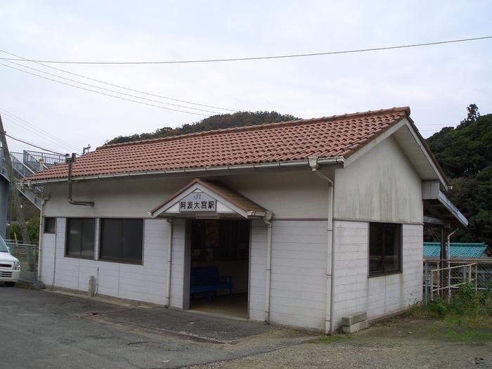 香川県高松駅と徳島県徳島駅を結ぶ高徳線沿線の阿波大宮駅は、1935年に開業された無人駅です。赤瓦屋根の駅舎は創業当時からのものが、今も現役の駅舎として使用されています。