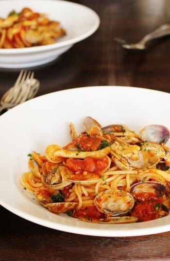 トマトパスタの新たな定番になってくれそうなコチュジャンを使ったピリ辛パスタ。アサリの出汁を活かすため、味付けは、コチュジャンと塩こしょうだけでシンプルに。