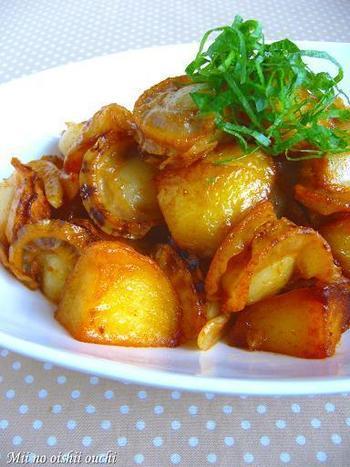 コチュジャンだれと炒め合わせるだけの簡単な炒めもの。照りよくこっくりと炒めたじゃがいもはホクホク!(予めレンジで加熱しておけば、生煮えの心配もありません。)ホタテと炒めることで魚介の旨味もアップ♪お肉でも代用できます。