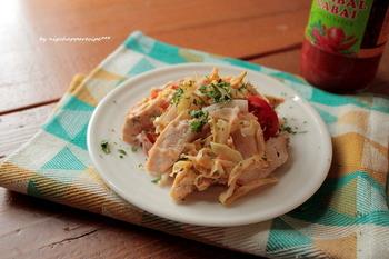 サンバルを使ったタレで和えたら、スパイシーなアジア風サラダの出来上がり。キャベツ・ミニトマト・セロリを使ったサラダは、ささみと合わせることでボリュームもアップ!