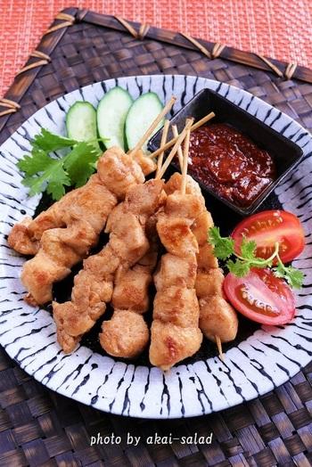 インドネシアやマレーシアなどで食べられている「サテ」。ナンプラーやチリペッパーなどで下味をつけているので、そのままでも美味しいですが、サンバルやピーナッツバターを混ぜたタレをつけると◎日本の焼き鳥とは一味違う、スパイシーな味わいです。