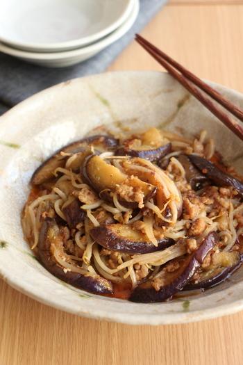 ナスともやしを豆板醤で甘辛く炒めた肉みそ炒め。甘辛みそだれを作っておけば、食材を炒めて和えるだけなので簡単です。大葉などの薬味をのせると、さっぱりとして夏バテ気味のときでも食べやすくなりますよ。