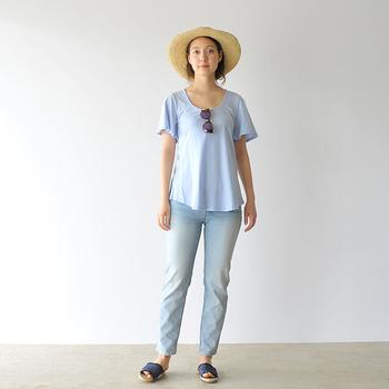 爽やかなスカイブルーのTシャツとライトカラーデニムを合わせた、シンプル&カジュアルなワントーンコーデ。足元は、ワントーン濃いめのブルーのサンダルで引き締めています。