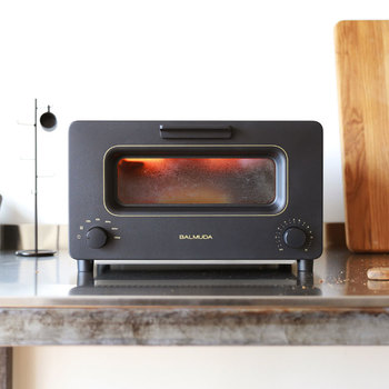 パン朝食を美味しくいただくなら、トースターにもこだわって。「BALMUDA(バルミューダ)|トースター」は、デザイン性と機能性が両立し、完璧な温度制御やスチームテクノロジーなどの機能性にもこだわって作られています。ちょっぴり高価ですが、その実力は折り紙つき!