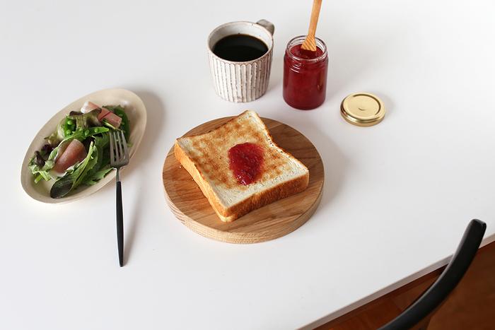 オーク材を使用した「スウェーデンのウッドプレート」は、カッティングボードとしても使えます。シンプルな丸いデザインだからこそ、オーク材の風合いが活きています。こんな風にトーストをどんとのせたり、和食をちょこっとずつのせてワンプレート朝食にしても◎
