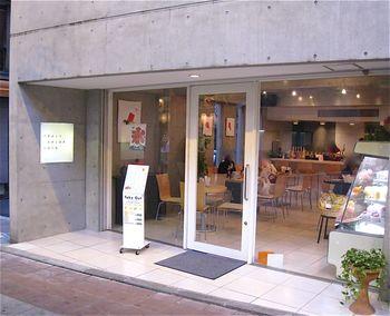 浅草花やしきの近くにある「フルーツパーラーゴトー」は、行列のできる人気店*大きなガラス張りの窓に、打ちっぱなしのコンクリート壁で内装もオシャレです。