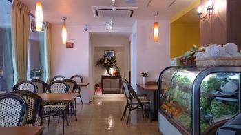 店内は広く、レトロな雰囲気を楽しめます。ショーケースにはたくさんの新鮮なフルーツが並びます*