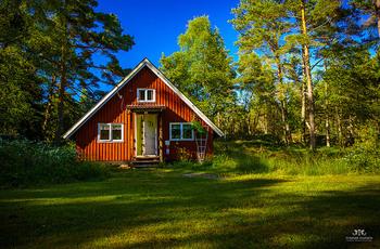 「サマーハウス」とは、夏の間を過ごすために使う別荘のこと。  家のタイプは家庭によって様々ですが、森の中や島に小さなサマーハウスを建てて北欧の短い夏を自然の中で楽しむ方が多いそう。  スウェーデンでは、主にこちらの写真のようなお家がたくさん見かけられます。 食事も外の新鮮な空気を吸いながら楽しむという方も多いようですよ。