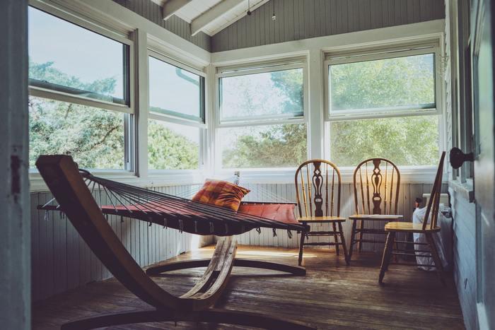 インテリアも家庭や好みによってさまざま。 木製の家が多いため、こちらのように木製のアイテムで統一する家庭も多いのだとか。  おうちにハンモックがあるなんて、憧れます。