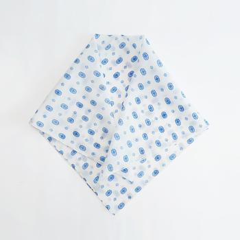 綿60%・絹40%のシルクコットンでできたストールは、自然な光沢感とさらりとした肌心地で包んでくれます。冷房対策に肩にまいたり、ちょこっと膝にかけても◎。くるくるとまとめてヘアバンドにしても可愛い。  さらりと羽織っても、ストールがふわりと風をはらむ様が素敵なんですよ。