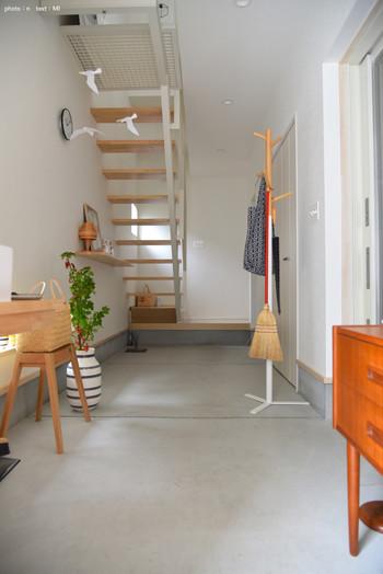 北欧家具と白い床・壁が印象的なインテリア。  シンプルな空間だからこそ、グリーンが引き立っていますね。  夏を感じさせられるかもめのモビールも素敵です。