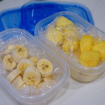 作り方は簡単です。まず入れたい野菜や果物をカットしておきます。忙しい朝のために、冷凍できる果物は、すぐ使えるように冷凍保存しておくと便利ですよ。