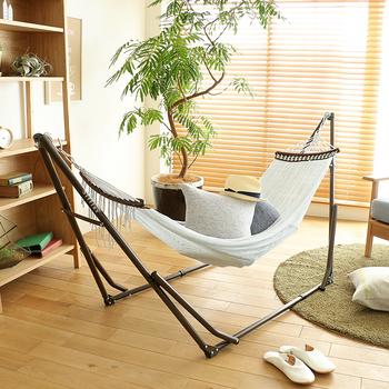 お部屋の空間に余裕があれば、こちらのような自立式ハンモックを取り入れるのも良いですね。 自立式のものなら、壁や天井に穴を開けなくてもすみますね。  お部屋だけでなく、バルコニーに置いて外の空気を楽しむのも良さそう!