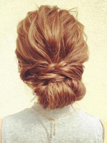 後ろにポニーテールをして、サイドの髪をねじってとめるだけ♪簡単なのに可愛い!