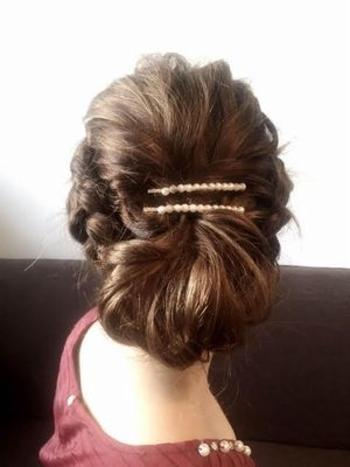 サイドを編み込んで折り込み、毛束もざっくりボリュームをもたせることで上品な雰囲気に。ざっくり感がポイントなので毛量の多い方でもOKです。