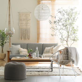 あえて室内にこちらのようなアウトドアチェアをディスプレイして使うのも良いですね。  全体的に明るいトーンのものや薄いカラーのものを配置するとものが多くてもお部屋が重たい雰囲気になりにくいですよ。  窓辺に置くと、バルコニーが狭くても外の雰囲気が楽しみやすいはず。