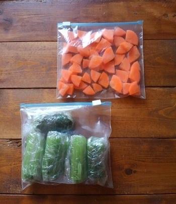 スムージーは作ったらすぐに飲むのがおすすめ。作り置きができないので、野菜も材料をカットした状態で準備しておくと便利です。  小松菜やほうれん草を冷凍しておく場合は、茹でて一回分ずつ小分けに。いつもの常備菜と兼用してもいいですね。