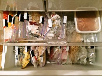 冷凍庫の中身にはダブルクリップをつけてから、日付と品名を書いたマスキングテープを貼るのがおすすめ。こうすると上から見るとき内容がパッと見てわかるのでとっても便利です。