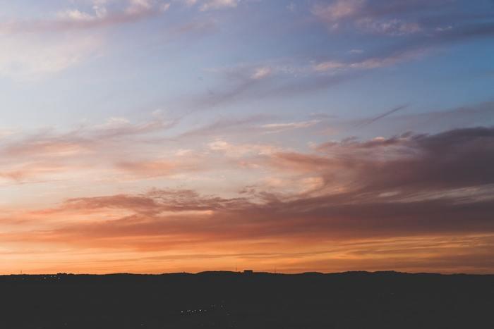 普段は何気なく見ている空、どこまでも広く輝く空は季節や時間帯によって様々な美しさを見せてくれます。その中でも、はっと目を引くほどの美しい時間帯が「マジックアワー」と呼ばれる一瞬です。