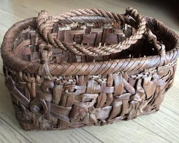 持ち手の部分がパタンと倒れるタイプの山ぶどうのカゴバッグ。買い物に、ピクニックに…持って出かけたくなるバッグです。